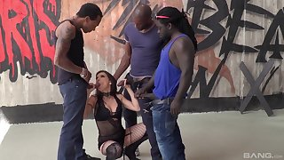 Streetwalker gets blacked in thersitical gangbang