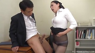 Fabulous Asian coworker gets around chiefly her knees to not far from a blowjob